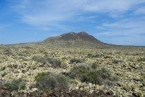 Зелений вулканічних конус і хмарного неба, Ла-Олива, Фуертевентура, Канарські острови, Іспанія — стокове фото