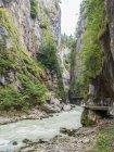 Rocky Aareschlucht Gorge e montanha rio, Meiringen, Bernese Oberland, Suíça — Fotografia de Stock