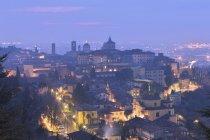 Освещенная верхний город Бергамо в сумерках, Ломбардия, Италия — стоковое фото