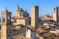 Башня Сан Pangrazio и собор Святого Alessandro, Бергамо, Ломбардия, Италия — стоковое фото