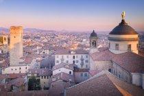 Собор города Бергамо с Torre del Gombito на закат, верхний город, Бергамо, Ломбардия, Италия — стоковое фото