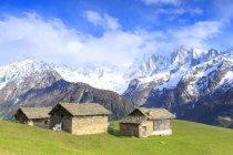 Huttes traditionnelles avec des montagnes de Masino-Bregaglia sur fond, Soglio, Val Bregaglia, Grisons, Suisse — Photo de stock
