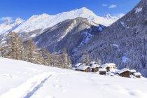 Sentier de neige conduisant à des huttes traditionnelles de Blatten, Zermatt, Canton du Valais, Suisse — Photo de stock