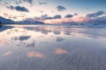 Calma Skagsanden spiaggia al tramonto — Foto stock