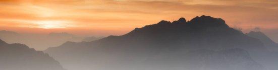 Silhouette mountains at dawn — Stock Photo