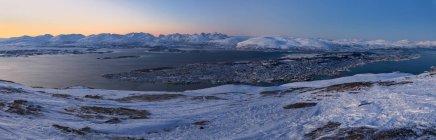 Panorámica de Troms vista desde teleférico al anochecer, Condado de Troms, Noruega, Escandinavia, Europa - foto de stock