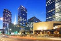 Edifícios modernos iluminados no distrito financeiro de Canary Wharf, One Canada Square, Docklands, Londres, Inglaterra, Reino Unido — Fotografia de Stock