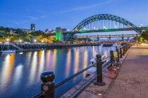 Illuminated Tyne River and Tyne Bridge at dusk, Newcastle-upon-Tyne, Tyne and Wear, England, United Kingdom — Stock Photo