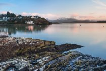 Rocky Borth Y Gest Beach at sunrise, Snowdonia National Park, Gwynedd, North Wales, Wales, United Kingdom — Stock Photo
