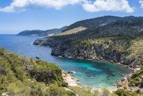 Мальовничі Кала-Ден-Серра пляж і гори, Ібіца, Балеарські острови, Іспанія — стокове фото