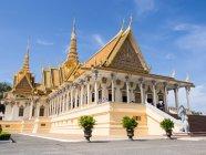 Fachada do ornamentado o salão do trono no palácio real, Phnom Penh, Camboja, Indochina, sudeste da Ásia, Ásia — Fotografia de Stock