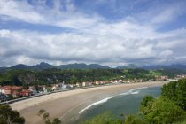 Coastal town and beach in Ribadesella with mountains on background, Asturias, Spain — Stock Photo