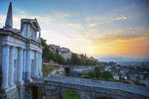 Верхний город с старой традиционной архитектуры на восход, Бергамо, Ломбардия, Италия — стоковое фото