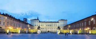 Panoramic view of illuminated Palazzo Reale at dusk, Turin, Piedmont, Italy — Stock Photo