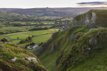 Champs verdoyants et collines à Winnats Pass, début de l'automne, Castleton, parc National de Peak District, Hope Valley, Derbyshire, Angleterre, Royaume Uni — Photo de stock