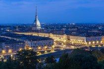Vista di illuminato Torino e Mole Antonelliana al crepuscolo, Torino, Piemonte, Italia, Europa — Foto stock
