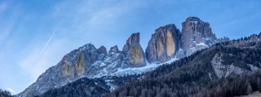 Panorama of Grohmannspitze rocky mountains in evening in Italy, Europe — стокове фото