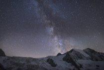 Зоряне небо вздовж траси, швейцарські Альпи, Швейцарія, Європа — стокове фото
