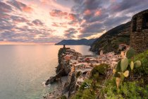 Elevated view of Vernazza town on cliff at sunset, Cinque Terre, Liguria, Italy, Europe — Stock Photo