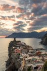View of Vernazza town placed on cliff at sunset, Cinque Terre, Liguria, Italy, Europe — Stock Photo