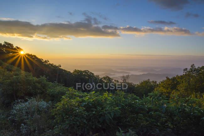 Схід сонця над блакитного хребта — стокове фото