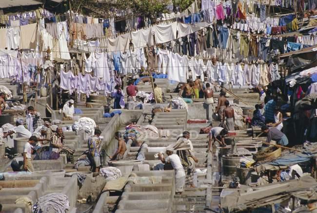Деревня прачечная полна людей — стоковое фото