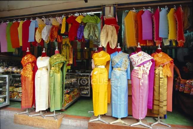 Одежда на продажу на рынке — стоковое фото