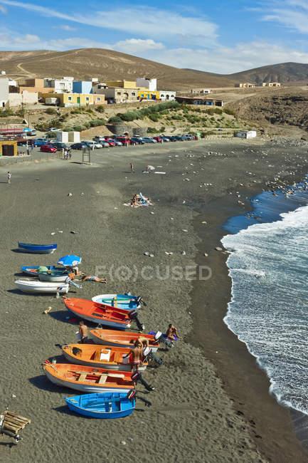 Черный песчаный пляж курорт — стоковое фото