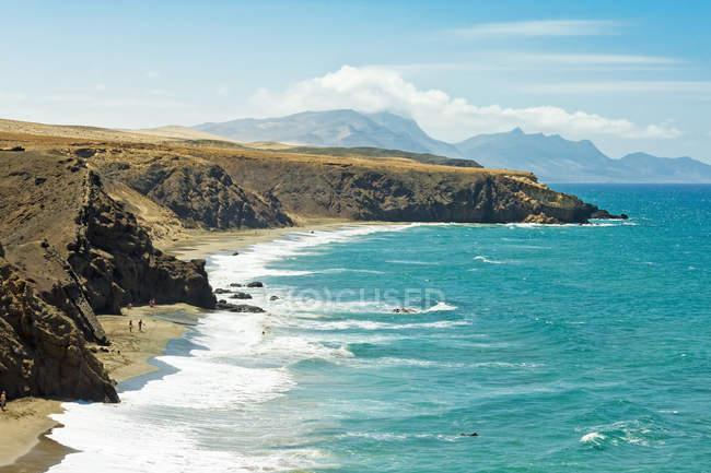 Наблюдения за вид на пляж и горы — стоковое фото