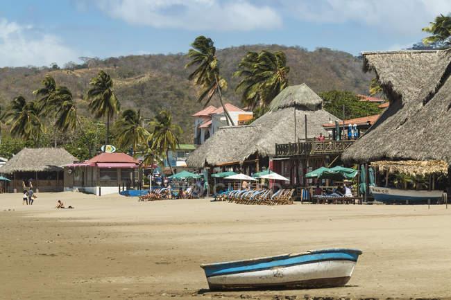 Petit bateau sur la plage — Photo de stock
