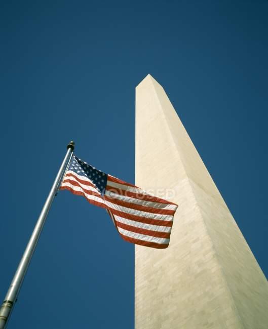 Американський прапор і монумент Вашингтона — стокове фото