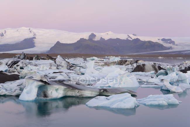 Eisberge schwimmen in der Lagune — Stockfoto