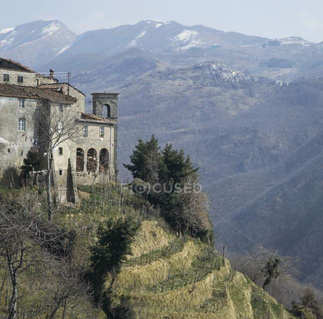 Edifício na ladeira da montanha em Garfagnana — Fotografia de Stock