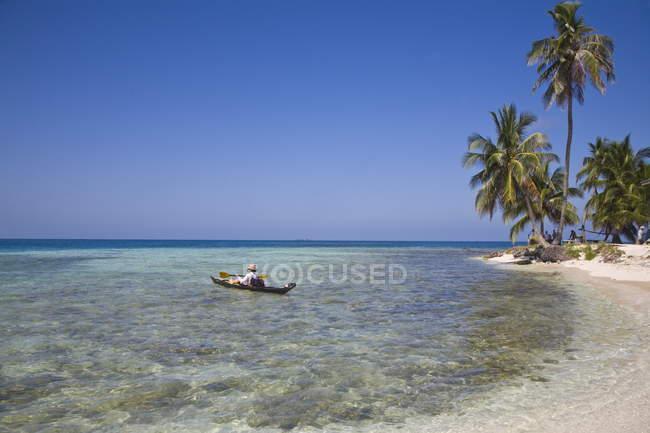 Turista in mare cayak — Foto stock