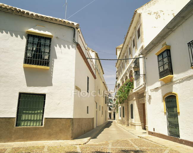 Casas na rua estreita de paredes de branco — Fotografia de Stock