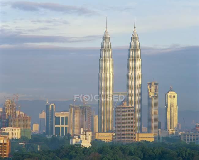 Torres gemelas de Petronas edificio - foto de stock