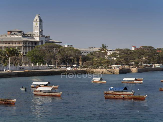 Paseo marítimo de la ciudad de piedra y casa de las maravillas - foto de stock