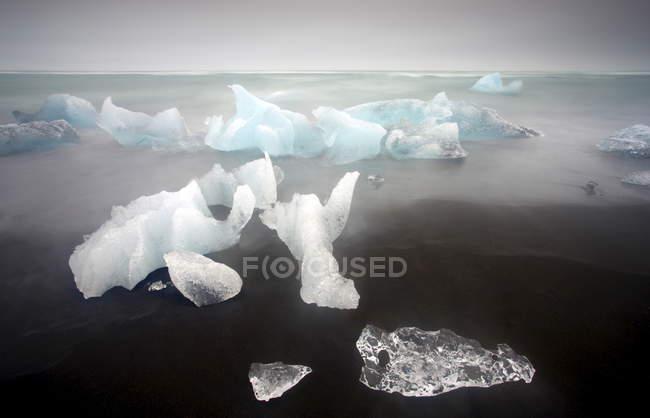 Icebergs flutuando na lagoa glaciar de Jokulsarlon — Fotografia de Stock