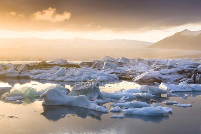 Témpanos flotando en la laguna glaciar de Jokulsarlon - foto de stock