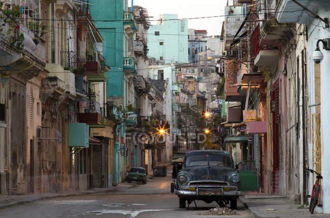 Уличная сцена до восхода солнца в Гаване — стоковое фото