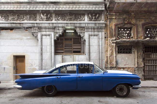 Винтажный американский автомобиль на стоянке на улице — стоковое фото