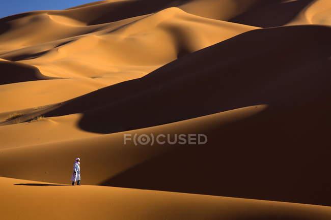 Berber Mann zu Fuß unter Sanddünen — Stockfoto