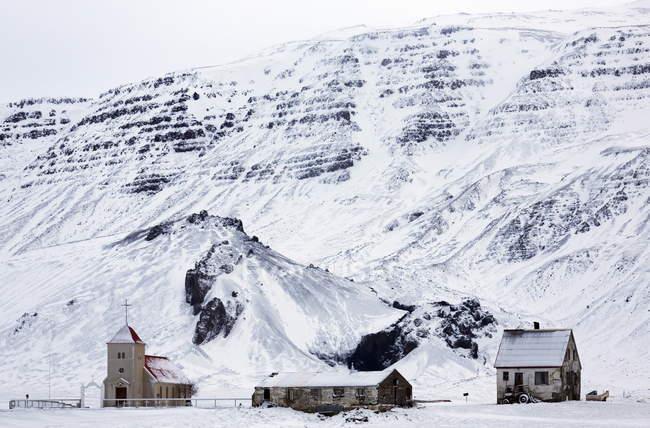 Наблюдая вид удаленной церкви — стоковое фото