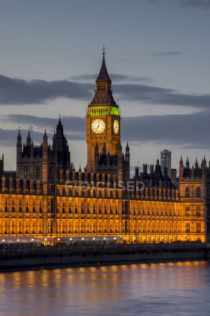 Биг Бен и здание парламента в сумерках — стоковое фото