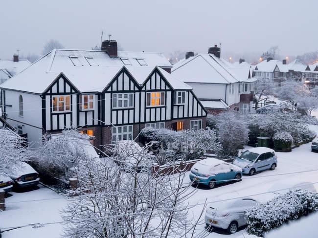 Casas suburbanas en invierno, Surrey - foto de stock