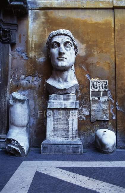 Statua incompleta al Palazzo del Conservatori — Foto stock