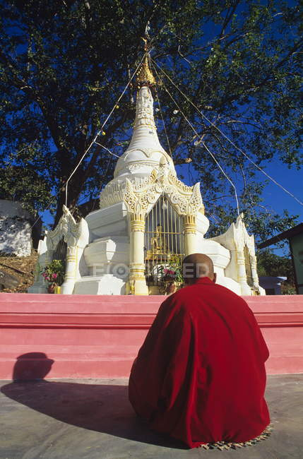 Monk in preghiera davanti stupa — Foto stock