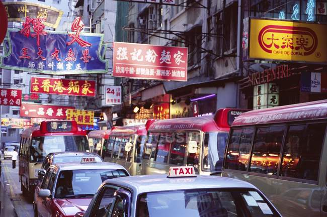 Вид на таксі та автобуси — стокове фото