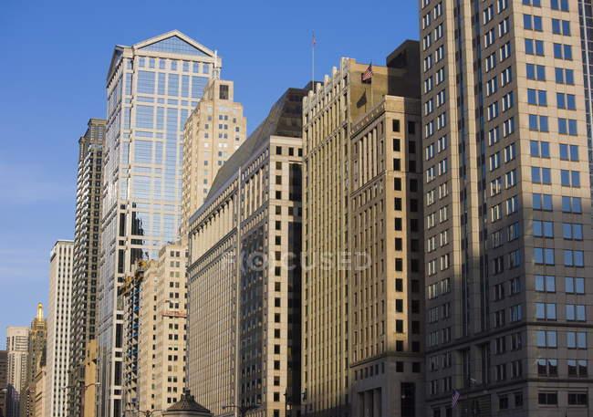 Edificios a lo largo de West Wacker Drive, Chicago - foto de stock