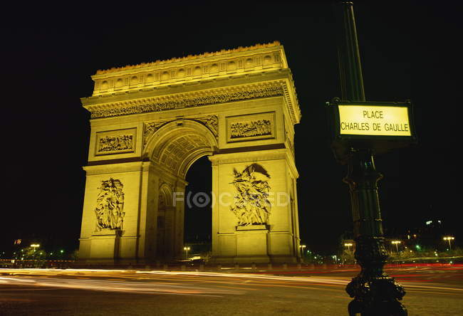 Arc de Triomphe illuminated at night — Stock Photo